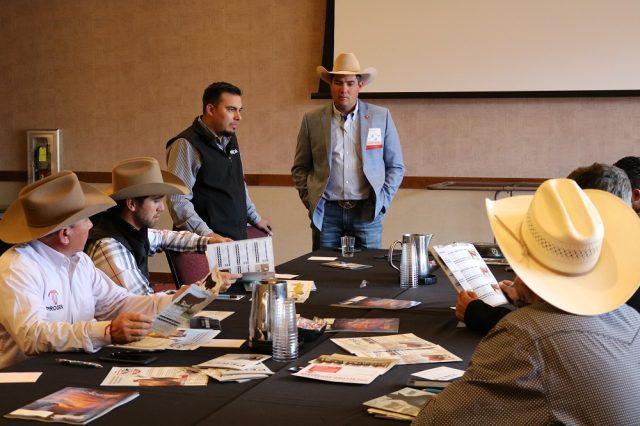 Leyenda: Varios ganaderos de Nuevo México asistieron a la reunión internacional de 2018 facilitada por el personal del Departamento de Agricultura de Nuevo México en la Convención de Ganaderos en Albuquerque.